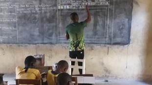 A Microsoft felkarolta – a táblára rajzolt szövegszerkesztőt diákjainak egy ghánai tanár
