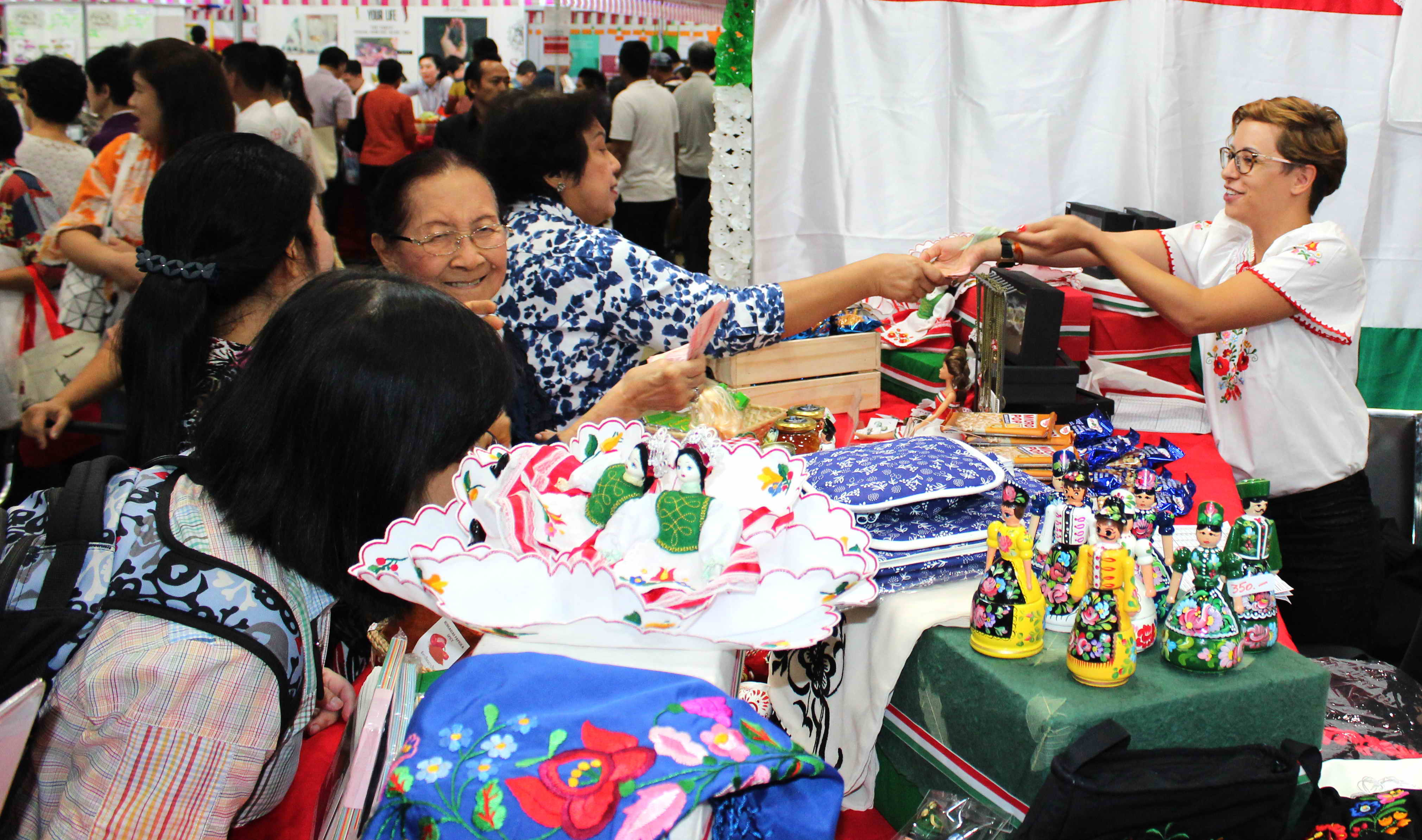 Red Cross Diplomatic Bazaar - Siam Paragon 2018 02 24-25 - 8172