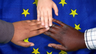 A kelet-európai bevándorlók gyerekei együtt tanulnak a migráns diákokkal az integrációs iskolában Németországban