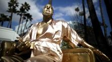 Weinstein a szereposztó díványon – új szobor Hollywoodban
