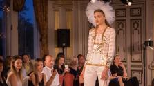 Gyönyörű ruhák történelmi helyszínen – képek a közép-európai divathétről