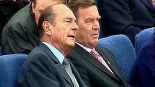 Chirac exelnök öltönyeiben feszítenek a menekültek