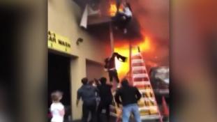 A táncoslányok a tűz elől az életükért ugrottak – videó