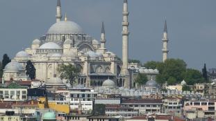Történelmi épületbe ütközött egy olajszállító hajó a Boszporusz partján – videó