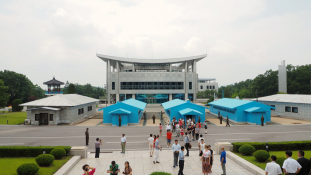 Történelmi kézfogás a két Korea határán – videó