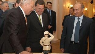 Schröder exkancellár Medvegyev miniszterelnök előtt gratulálhatott Putyinnak