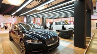 Lassan vezethetnek – autószalont rendeztek a szaúdi nőknek