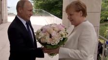 Angela Merkelt virágcsokorral köszöntötte Putyin Szocsiban – videó