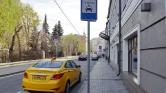 A moszkvai taxis sajnálja, hogy felhajtott a járdára – videó