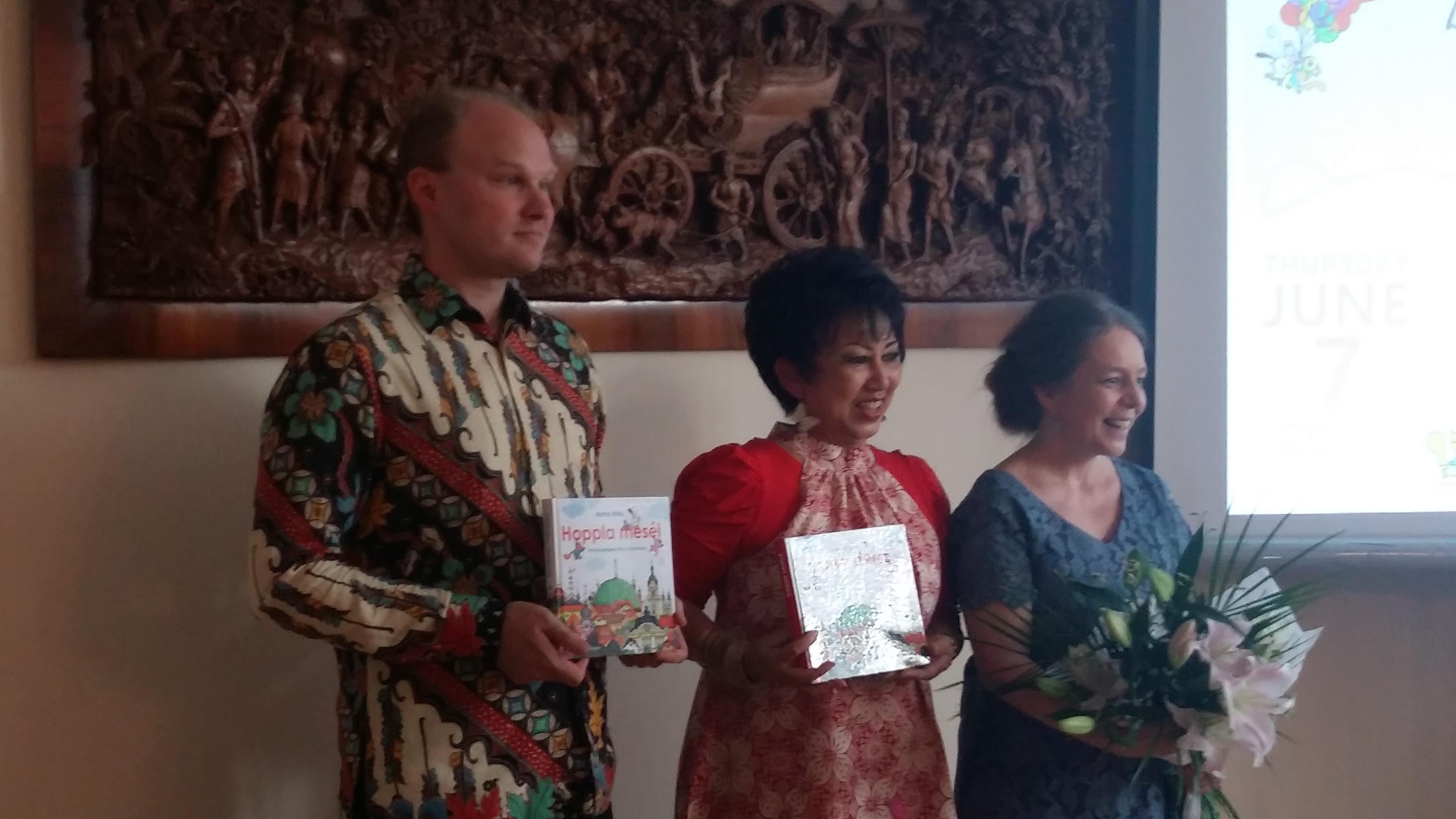 Középen a nagykövet, mellette a könyv szerzője és fordítója.