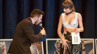 Hulladékból varrt ruhákban parádéztak Marosvásárhelyen a szépségverseny résztvevői