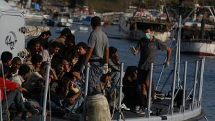 Macron: egyes nemkormányzati szervezetek az emberkereskedők kezére játszanak