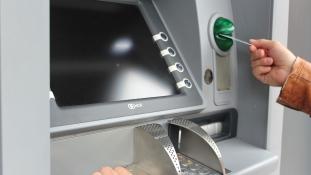 Beszélő ATM, videós segítség – egyre könnyebb a banki ügyintézés a fogyatékkal élőknek