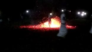 Tűztánc a pénz istennője  előtt – videó