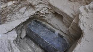 Titokzatos fekete szarkofág került elő Alexandriában