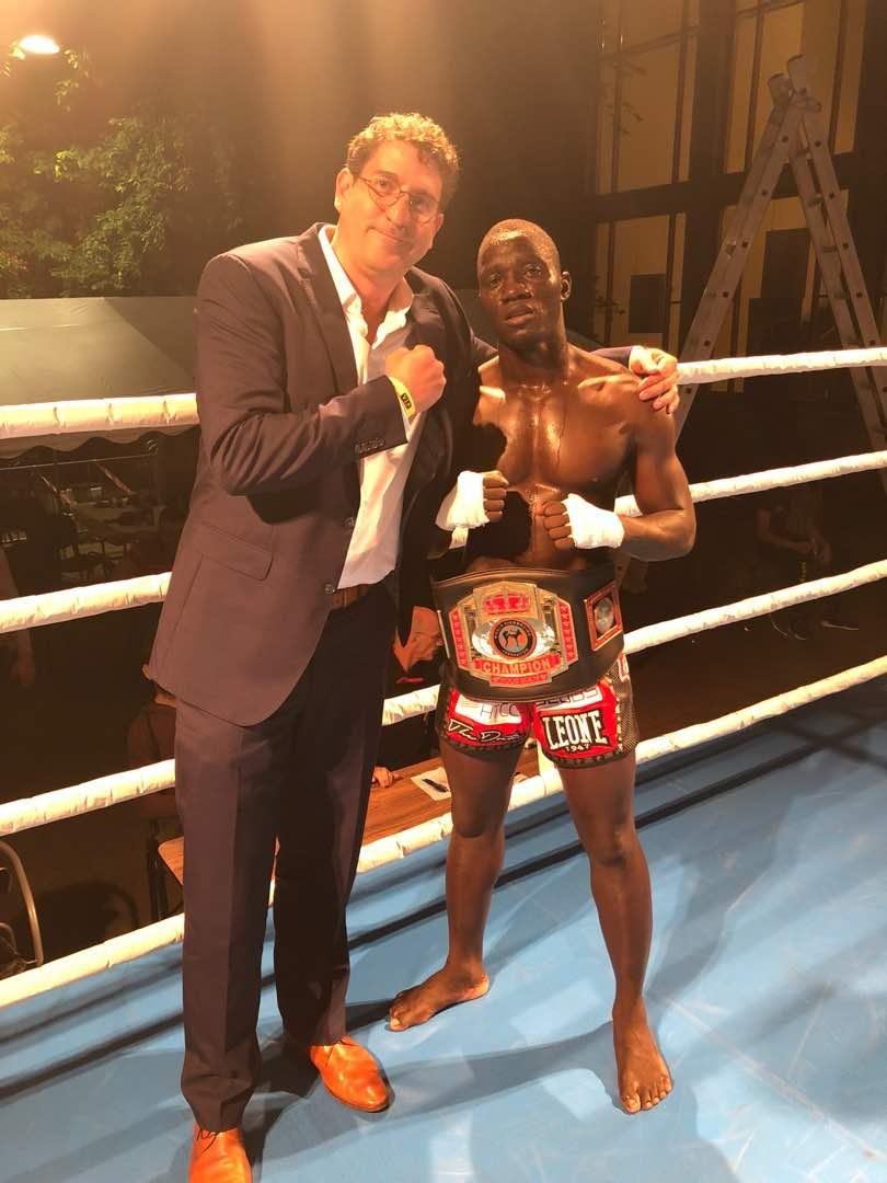 A bajnok a HTCC ugandai irodavezetőjével, Lukács Balázzsal.