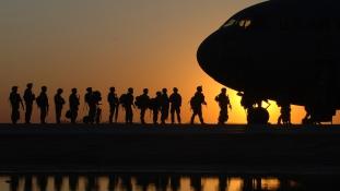 Rekordméretű katonai költségvetést írt alá Donald Trump