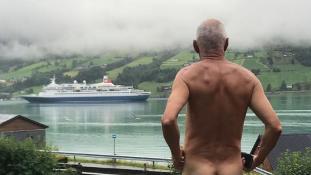 Meztelenül tiltakozik a városát elözönlő óceánjárók ellen egy norvég nyugdíjas