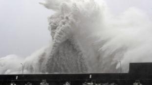 Így tombol Japánban az elmúlt 25 év legerősebb tájfunja – videó