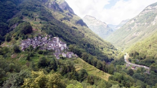 Svájcban egy fél hegyi falut alakítanak át hotellé