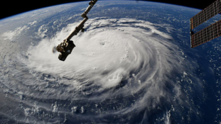 Lecsap az évszázad hurrikánja – tömeges kitelepítés az USA keleti partvidékén