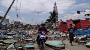 Puszta kézzel ássák ki a túlélőket Indonéziában
