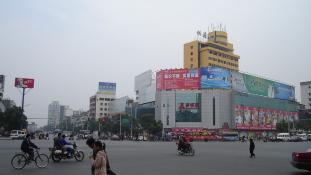 Pánik Kínában: drogkereskedő hajtott a tömegbe