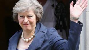 Theresa May megint táncolt – videó