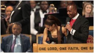 Bocsánatot kért a püspök, amiért megsimogatta az énekesnő mellét – videó