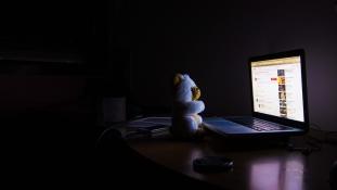 Az okoseszközök lehetnek a felelősek a gyermekek alvási nehézségeiért