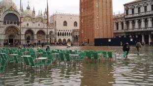 Minden korábbinál nagyobb víz borítja Velencét