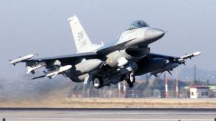 Botrány a fedélzeten – vadászgépek kísérték a járatot a reptérre