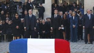 Búcsú Párizsban: a költők sosem halnak meg – videó