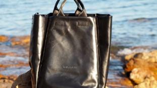 Hátrahagyott gumicsónakokból menő táskákat készítenek