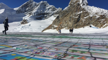 Klímaváltozás: rekordméretű képeslappal kérnek segítséget a gyerekek egy gleccseren