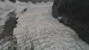 Rohamtempóban olvad a kínai jéghegy – videó