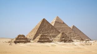 Felrobbantottak egy turistabuszt a gízai piramisok közelében