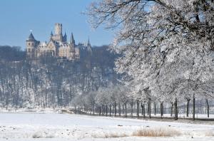 Schloss_Marienburg_bei_Raureif