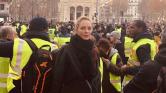 Uma Thurman és Owen Wilson a sárga mellényesek között Párizsban