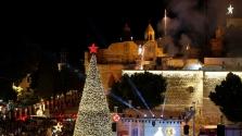 Fényesen világít a karácsonyfa Betlehemben – videó