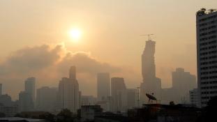 Mérgező füst miatt zártak be több száz iskolát Bangkokban