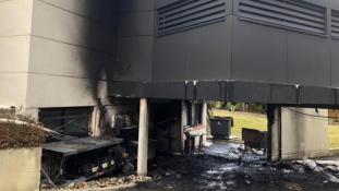 Felgyújtották az éttermét, mert bírálta a sárga mellényeseket – videó