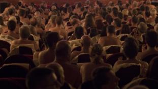 Meztelenre vetkőzött a közönség egy párizsi színházban