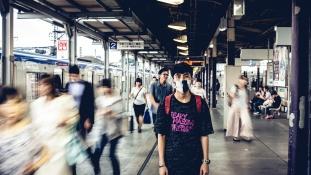 Kék fény vagy peronajtó? Japánban így előzik meg a vasúti öngyilkosságokat