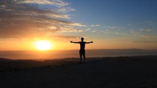 Ki korán kel: egy kutatás szerint boldogabbak a reggeli pacsirták az éjjeli baglyoknál