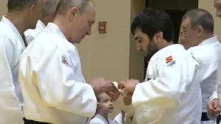 Putyin összecsapott az olimpiai bajnokkal- megsérült az egyik ujja – videó
