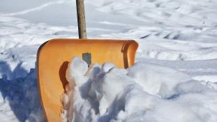 Mezítláb küldte ki a fiát havat lapátolni – most fizethet