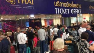 Több ezren rekedtek Thaiföldön, miután Pakisztán lezárta a légterét