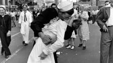 Meghalt a híres 2. világháborús csókos fotó hőse