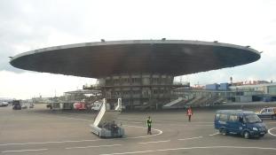 Kis gép nagy drámája a moszkvai repülőtéren – videó